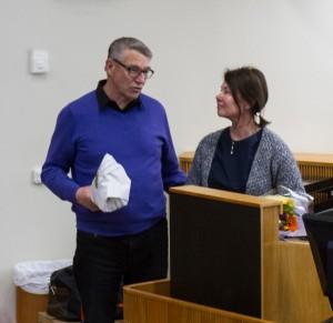 Bertil Nilsson tackar Elaine Sardh vid RPM:s årsmöte 2015.